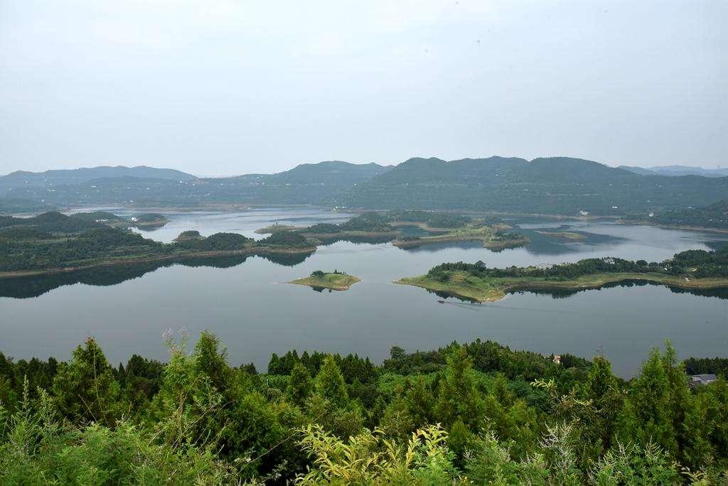 升钟湖风景区位于四川南部县西北部,幅员面积517平方公里,包括南部县